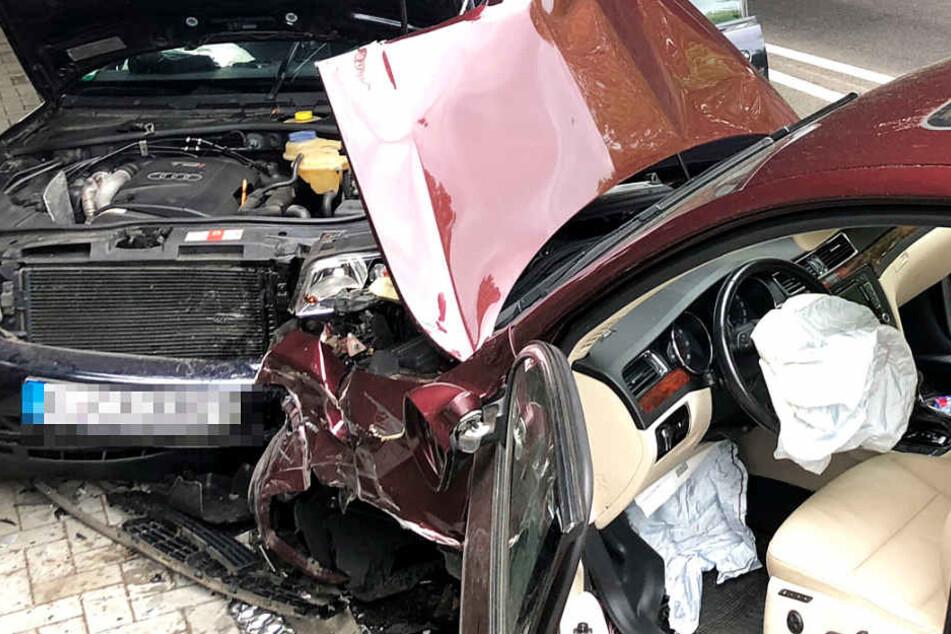 Zwei Autos stießen frontal mit einander zusammen.