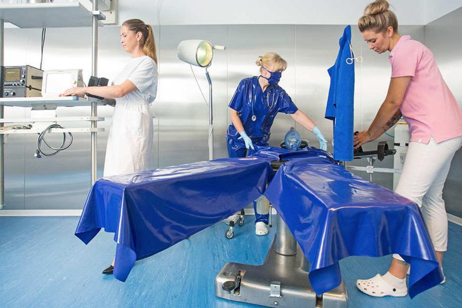 Das Team der Fetisch-Klinik bereitet den OP vor. Keine Sorge: Die Damen führen nur simulierte Behandlungen im Rahmen von Rollenspielen durch.