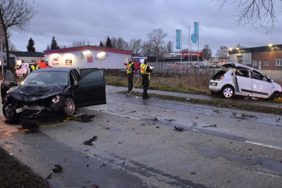 Die Straße glich einem Trümmerfeld. Die Spuren des Unfall sind an beiden Fahrzeugen deutlich zu erkennen.