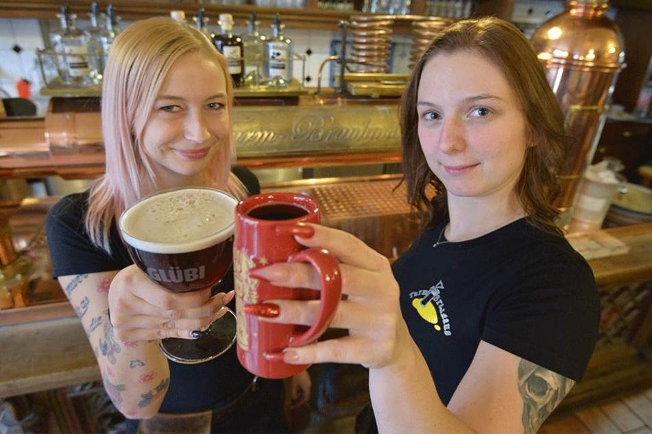 Heiß gemacht: Jenny (23, l.) und Diana (27) bieten im Turmbrauhaus am Neumarkt Glühbier (l.) und Glühwein.