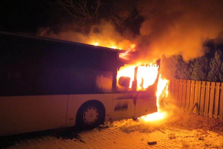 Der Linienbus brannte komplett aus. Der Schaden beträgt rund 300.000 Euro.