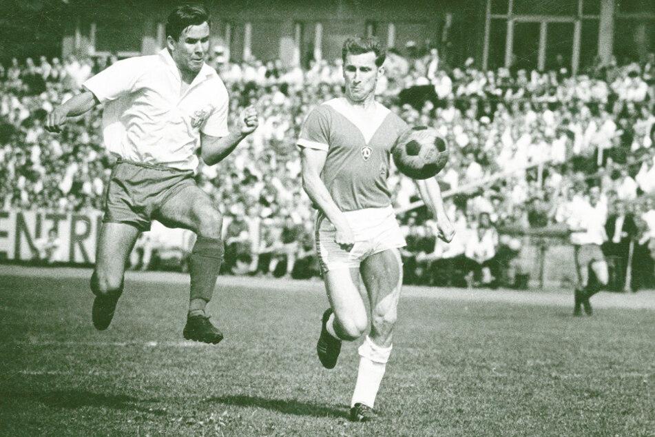 """Wolfgang Oeser (r.) führte Dynamo 169-mal als Kapitän aufs Spielfeld - Platz zwei hinter """"Dixie"""" Dörner."""