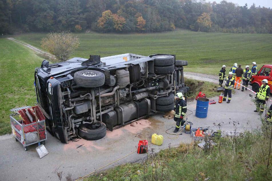 Die Feuerwehr musste die auslaufenden Betriebsstoffe binden.