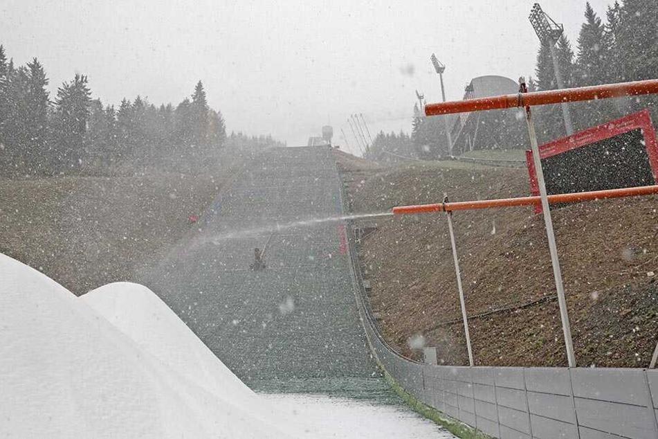 2016 musste vor dem Weltcup Kunstschnee produziert werden, weil Frau Holle ihre Arbeit verweigerte. Dieses Jahr nutzt der VSC Klingenthal sein Schneedepot.