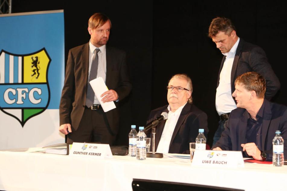 Stefan Bohne (l.) diskutiert mit Uwe Bauch (r.)