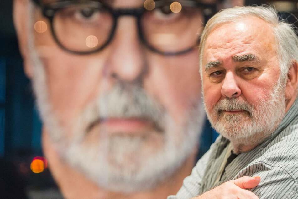 Starfriseur Udo Walz sitzt am 07.02.2017 in seinem Friseursalon in Berlin vor einem Portrait von sich.
