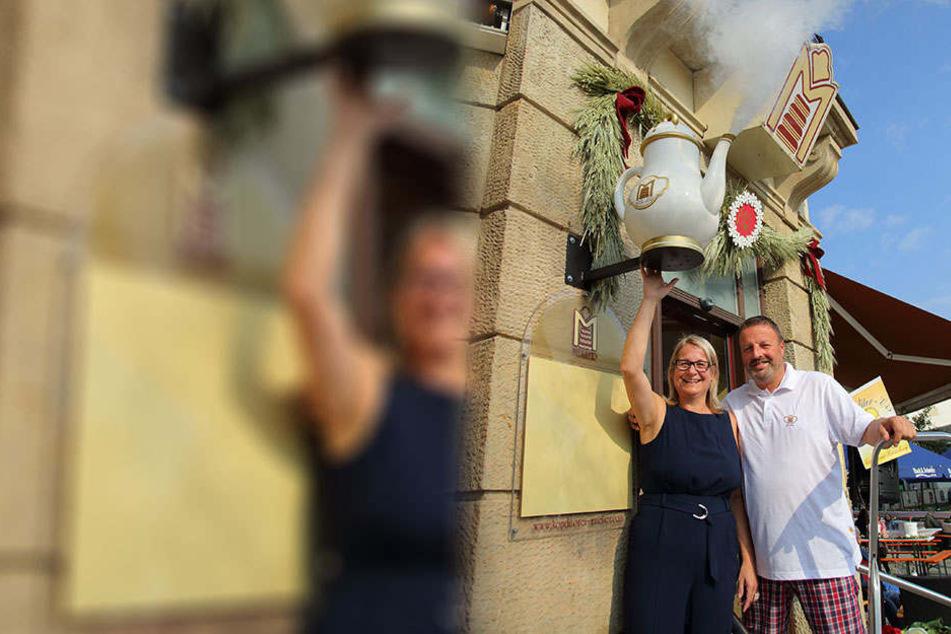 Tradition verpflichtet! Cornelia und Matthias Mütze von der Konditorei Müller freuen sich über ihr neues Wahrzeichen.
