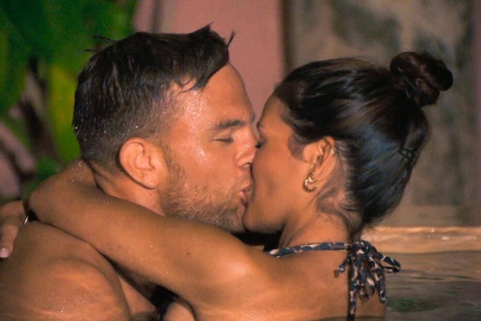 Im Wasser gibt es dann auch den ersten Kuss von Sebastian und Desiree.