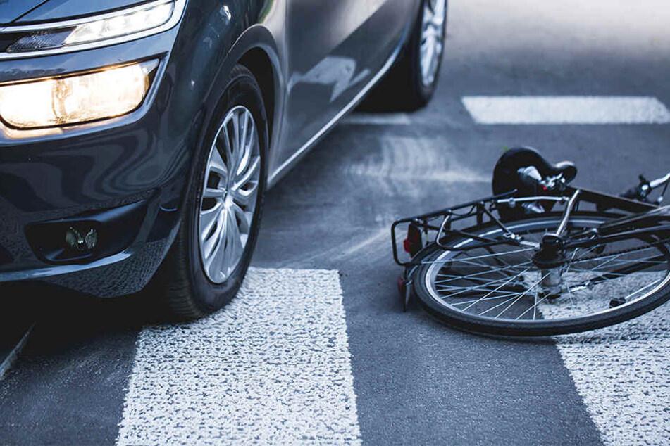 Junger Radler in Kurve von Auto erfasst und schlimm am Kopf verletzt