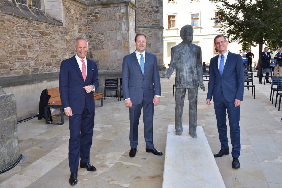Das eingeweihte Denkmal mit Geschäftsführer Wilhelm Schmid (56, v.l.), Sohn Benjamin Lange und Bürgermeister Markus Dreßler (44).