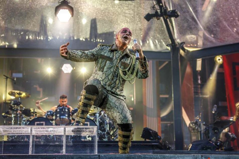 Lindemann im aufwendigen Kostüm. Beide Konzerte in Dresden sind mit je 25.000 Gästen restlos ausverkauft.