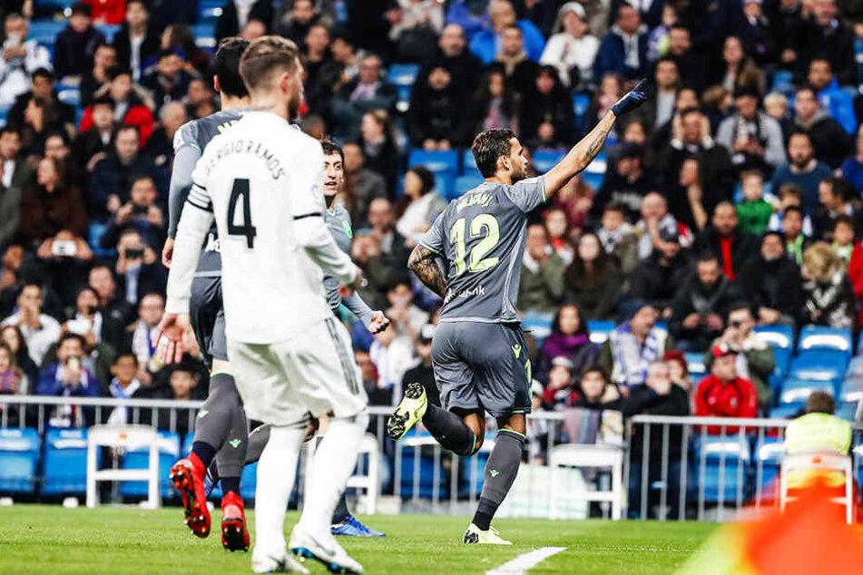 Real Madrids Kapitän Sergio Ramos (vorne-links) kann nur hinterherschauen, wie San Sebastians Mittelstürmer Willian José (r.) seinen frühen Treffer zum 1:0 für den Underdog bejubelt.