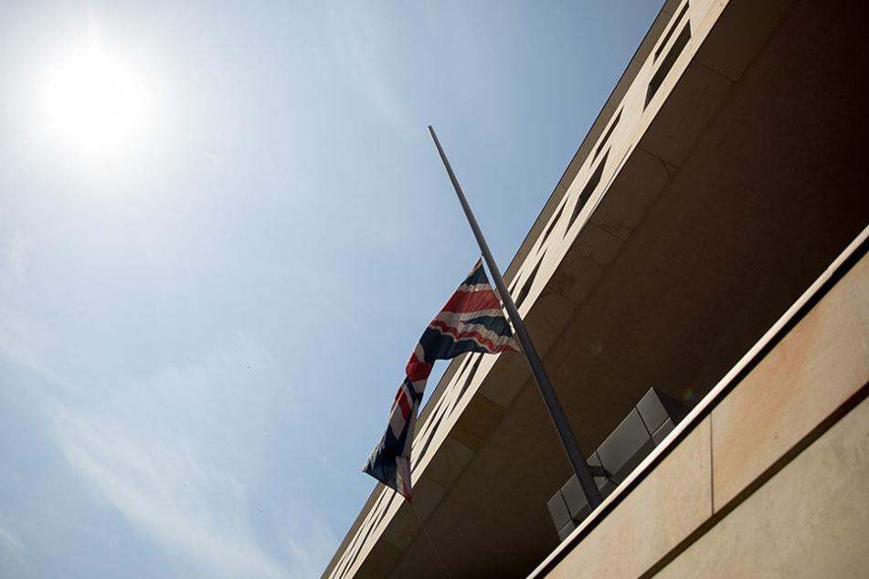 Die Flagge von Großbritannien vor der britischen Botschaft in Berlin steht nach dem Terroranschlag in Manchester auf halbmast.