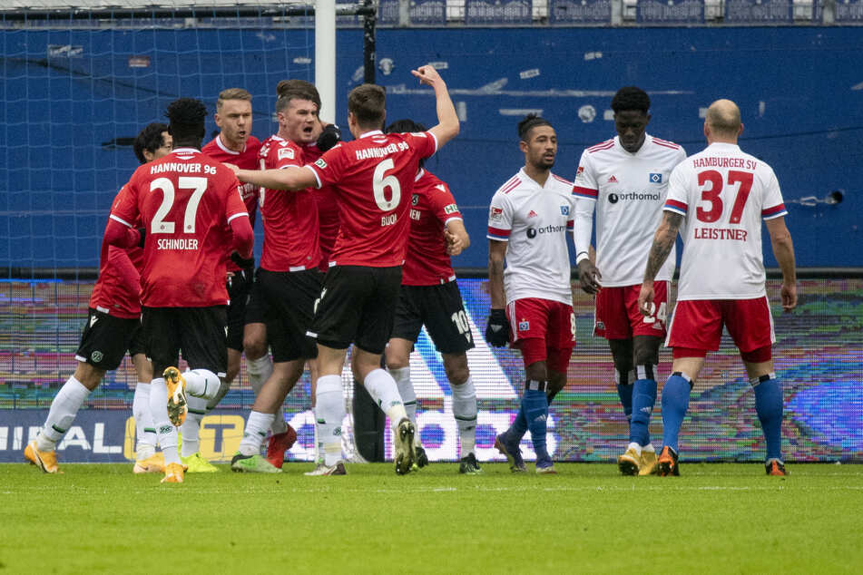 Die Spieler von Hannover 96 feiern den Treffer von Hendrik Weydandt gegen den Hamburger SV.