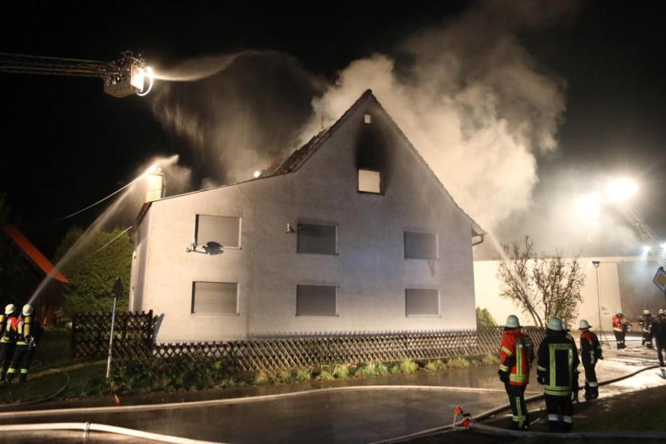 Als die Feuerwehr eintraf, brannte der Dachstuhl bereits lichterloh.