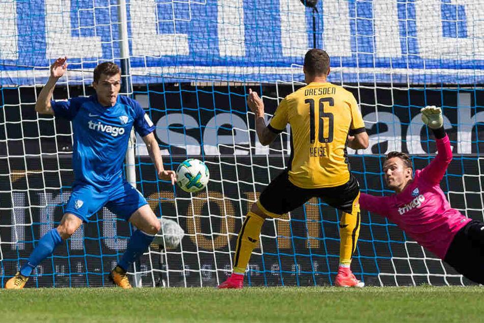 Hier erzielt Philip Heise das 1:0 für Dynamo. VfL-Torhüter Manuel Riemann ist chancenlos.