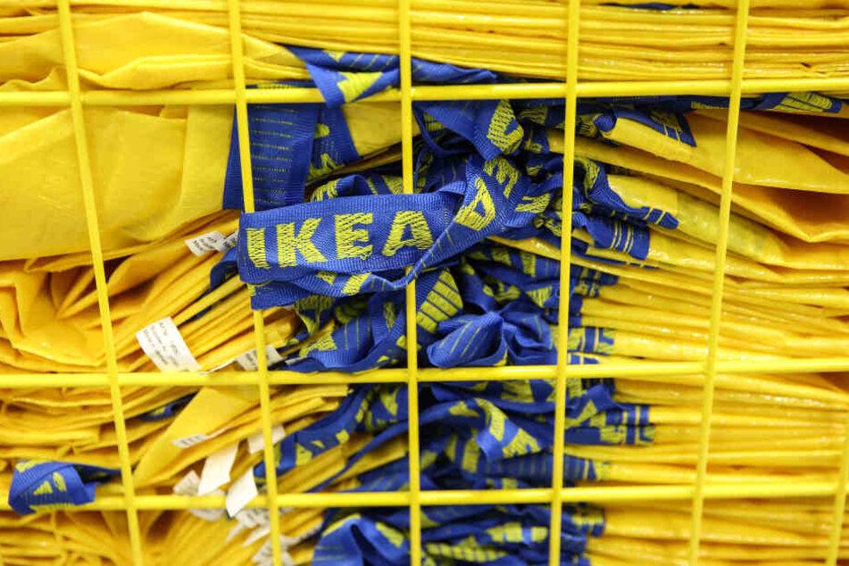 """Ikea-Tragetaschen hinter """"schwedischen Gardinen"""" (Symbolbild)."""