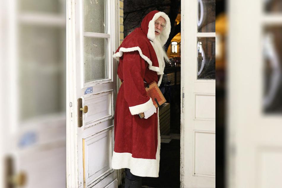 Immer mit dabei: Das Weihnachtsmann-Buch. Darin hat der Leipziger Liedtexte und Gedichte aufgeschrieben.