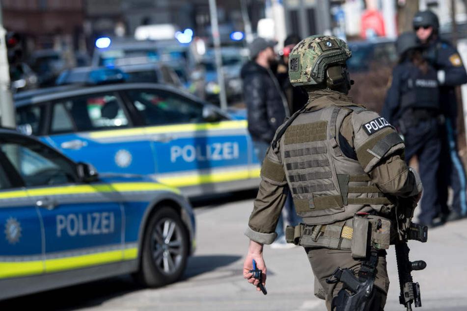 Schwer bewaffnete Polizisten waren im Einsatz.