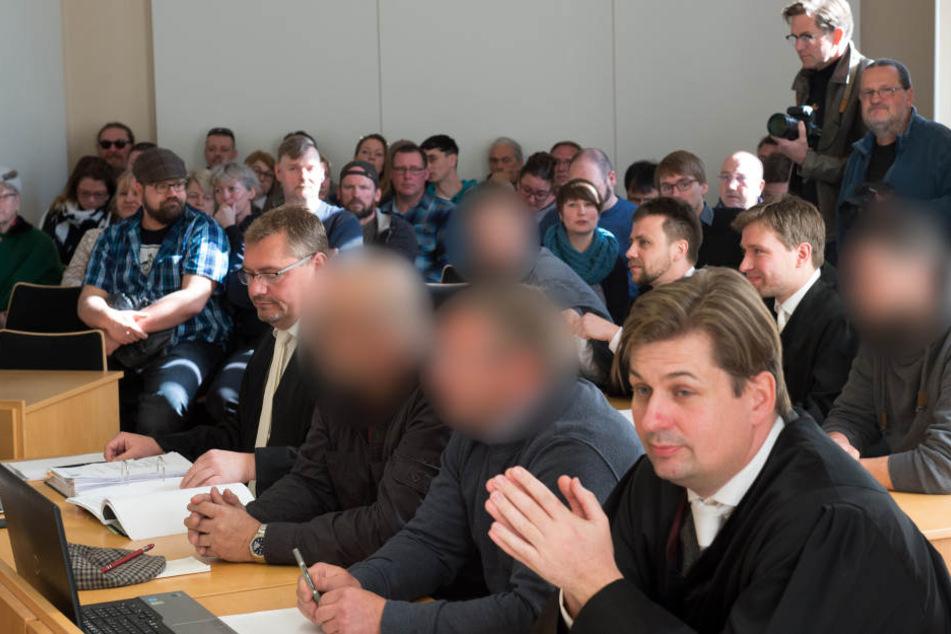 """Der """"Bürgerwehr""""-Prozess in Kamenz. Das Verfahren wurde letztlich wegen """"Geringfügigkeit"""" eingestellt. Vorn der Dresdner Rechtsanwalt Maximilian Krah."""