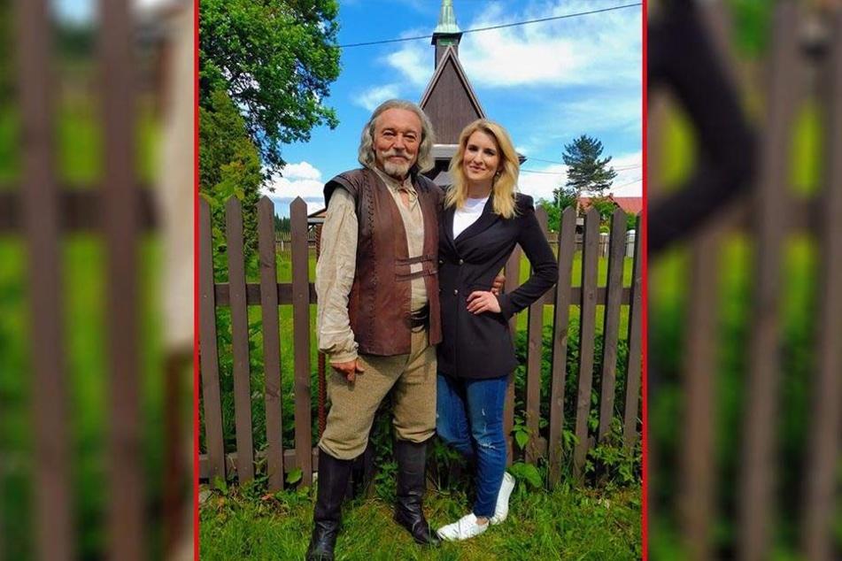 """Karel Gott (78) posiert im Hufschmied-Kostüm mit der tschechischen """"Top Star""""-Reporterin Lenka Spillarova (32), die den Sänger beim Dreh besuchte."""
