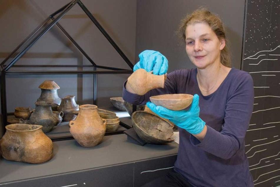 Kuratorin Yasmin Kaiser (43) zeigt klassische Grabbeigaben.
