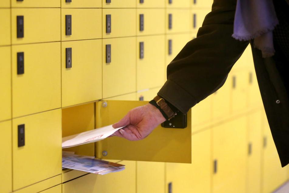 Ein Kunde leert sein Postfach bei der Post.