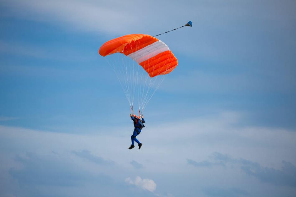Fallschirmspringer kollidieren in der Luft und sterben