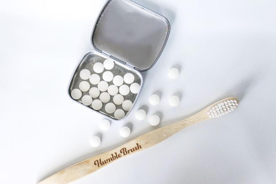 Zahnbürsten aus Bambus und Zahnpastatabletten vermeiden unnötiges Plastik.