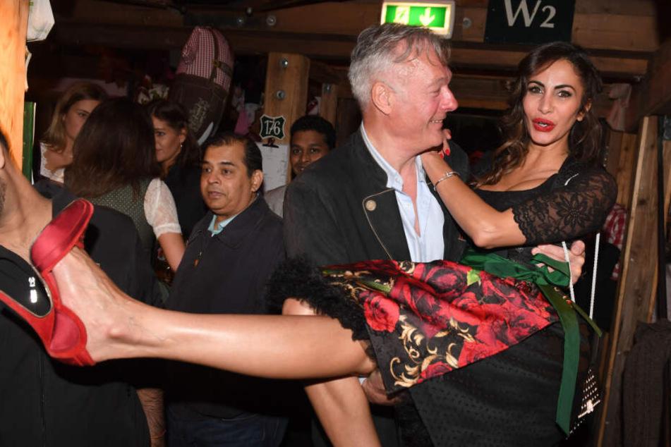 Ronald Schill trägt Youssefian auf dem Oktoberfest auf Händen. (Archivbild)