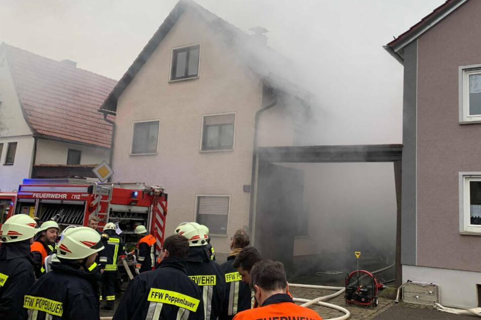 Meterhohe Flammen und viel Rauch bei Scheunen-Brand: Feuerwehrmann verletzt
