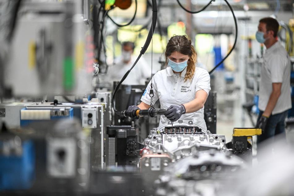 Eine Monteurin arbeitet im Werk zwei des Automobilzulieferers ZF Friedrichshafen an einem Getriebe für Lastwagen.