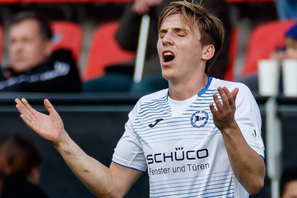Im Spiel in Ingolstadt zog sich der 27-Jährige die Knieverletzung zu.