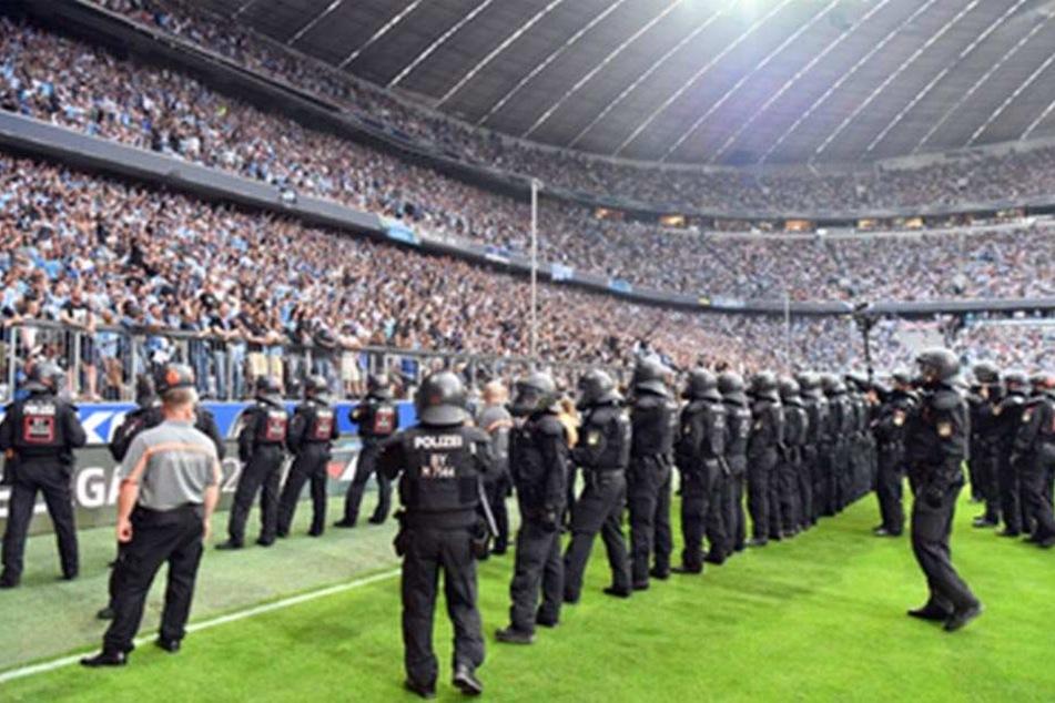 Weil die Löwen-Fans Gegenstände aufs Spielfeld warfen, wurde die Partie für 15 Minuten unterbrochen.
