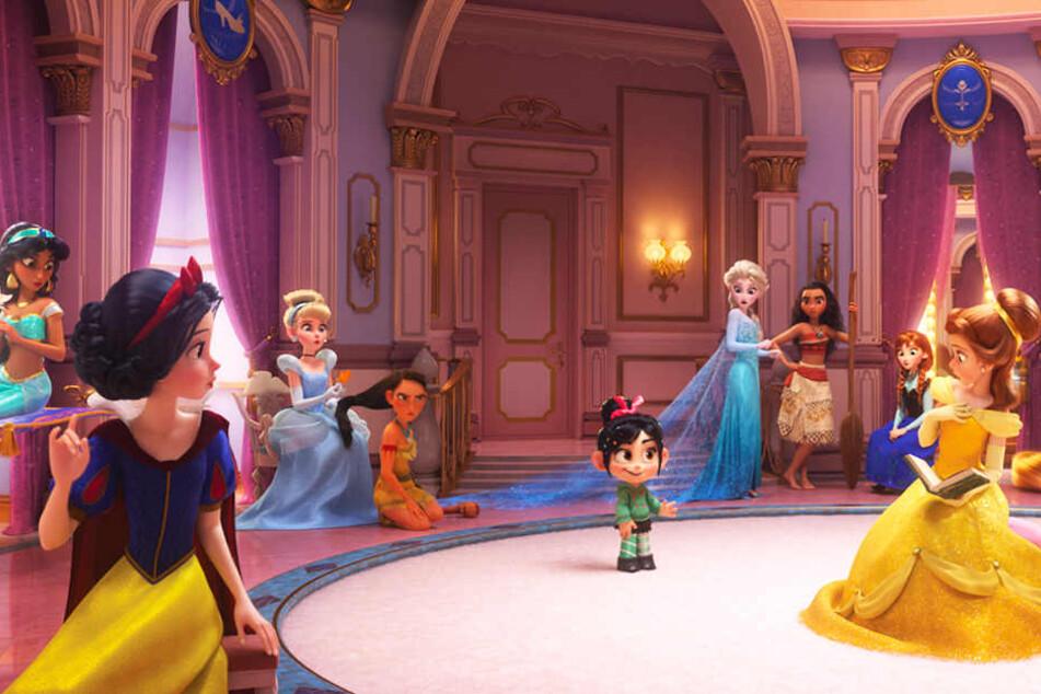 Die berühmten Disney-Prinzessinnen staunen nicht schlecht, als die kleine Rennfahrerin Vanellope von Schweetz in ihrer Mitte auftaucht.