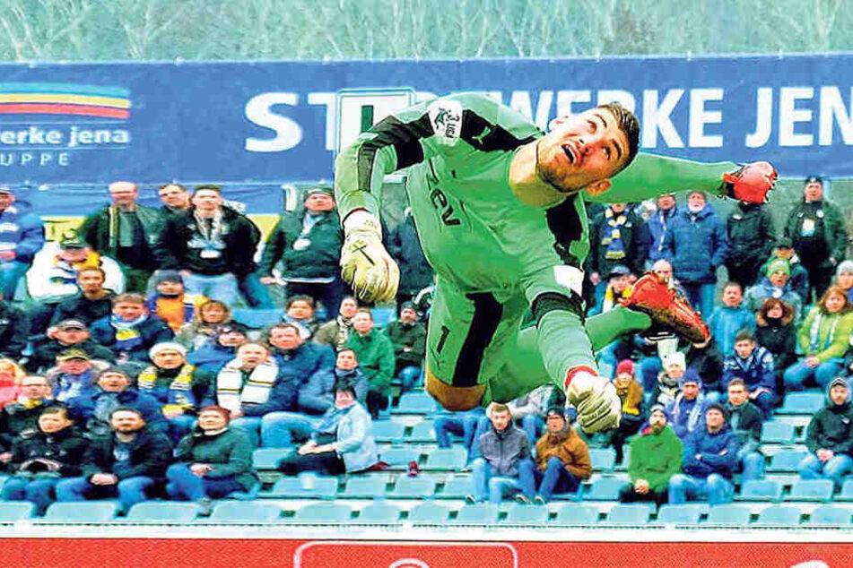 Johannes Brinkies liegt beim Spiel in Jena quer in der Luft. Der FSV-Keeper hat mit seinen Leistungen Begehrlichkeiten bei der Konkurrenz geweckt.