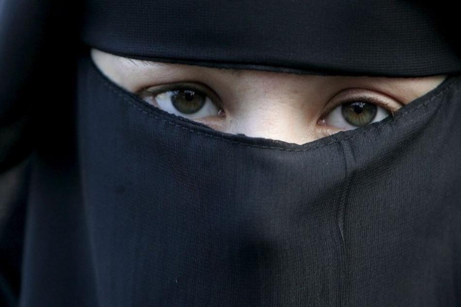 Das Verbot würde u. a. auch für Burkas und Nikabs gelten.