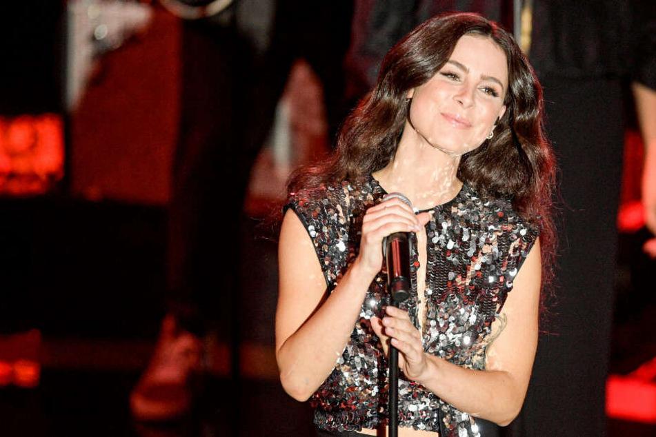 Lena Meyer-Landrut steht während der Verleihung des 10. Deutschen Radiopreises auf der Bühne.