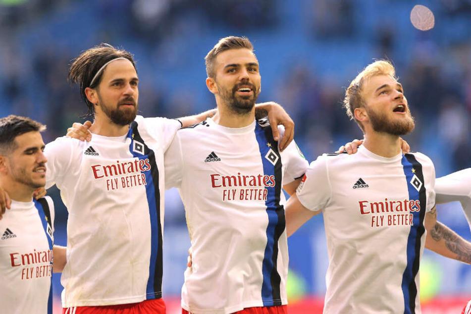 Timo Letschert (rechts) freute sich nach der Partie mit seinen Mitspielern über den Sieg.