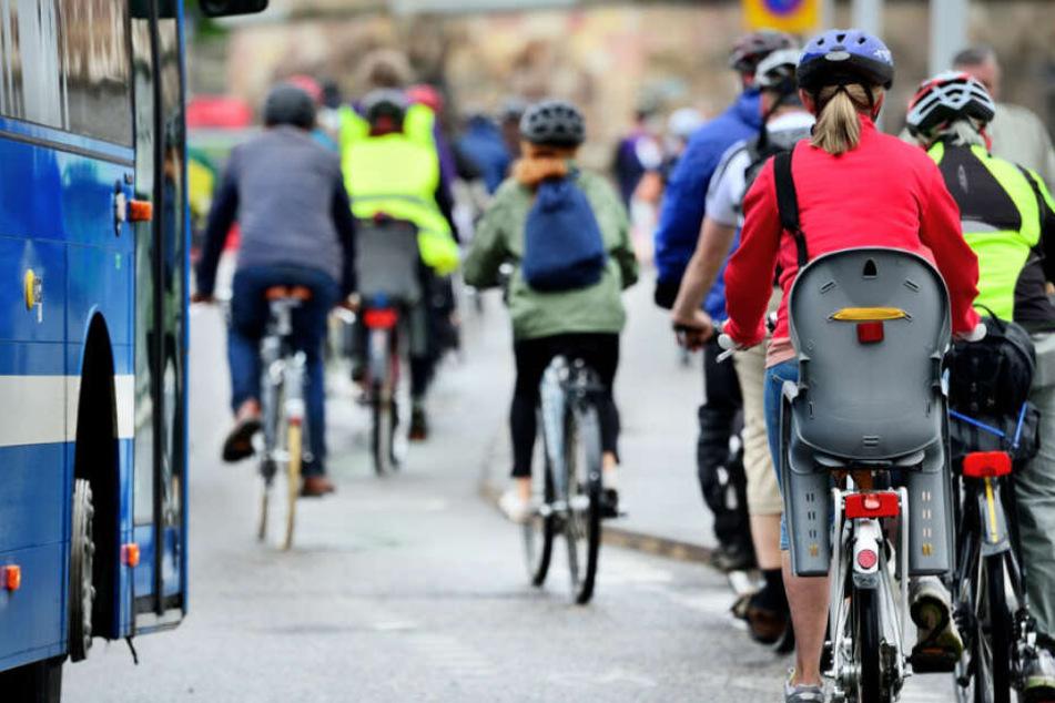 Auf gut markierten Radspuren sind Radfahrer in der Regel sicherer unterwegs. Fehlt die Markierung, gilt trotzdem Vorsicht.
