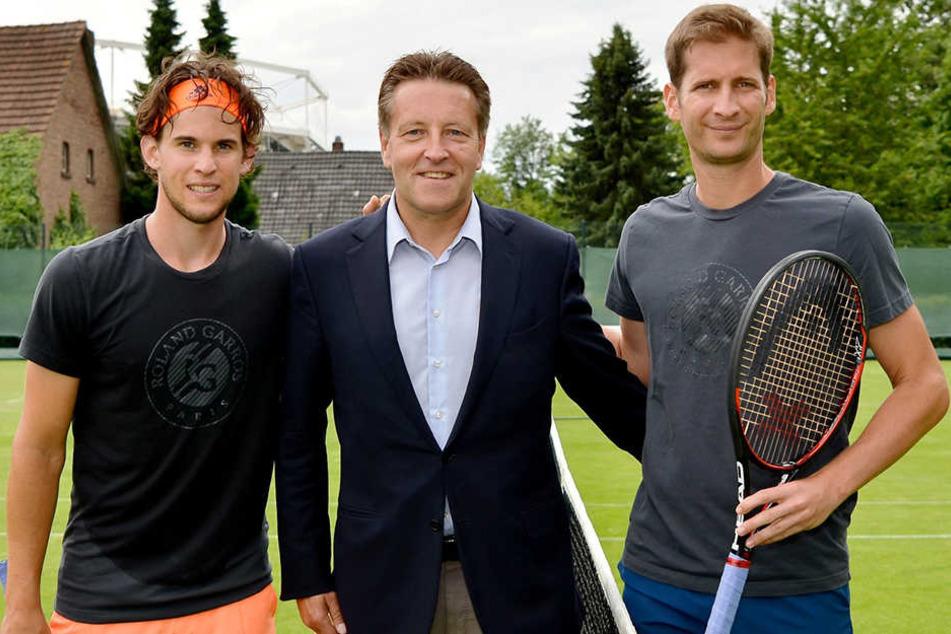 Österreichs Tennis-Superstar Dominic Thiem (l.) und Titelverteidiger Florian Mayer (r.) sind in Halle eingetroffen und wurden von Turnierdirektor Ralf Weber bei einer Trainingseinheit begrüßt.