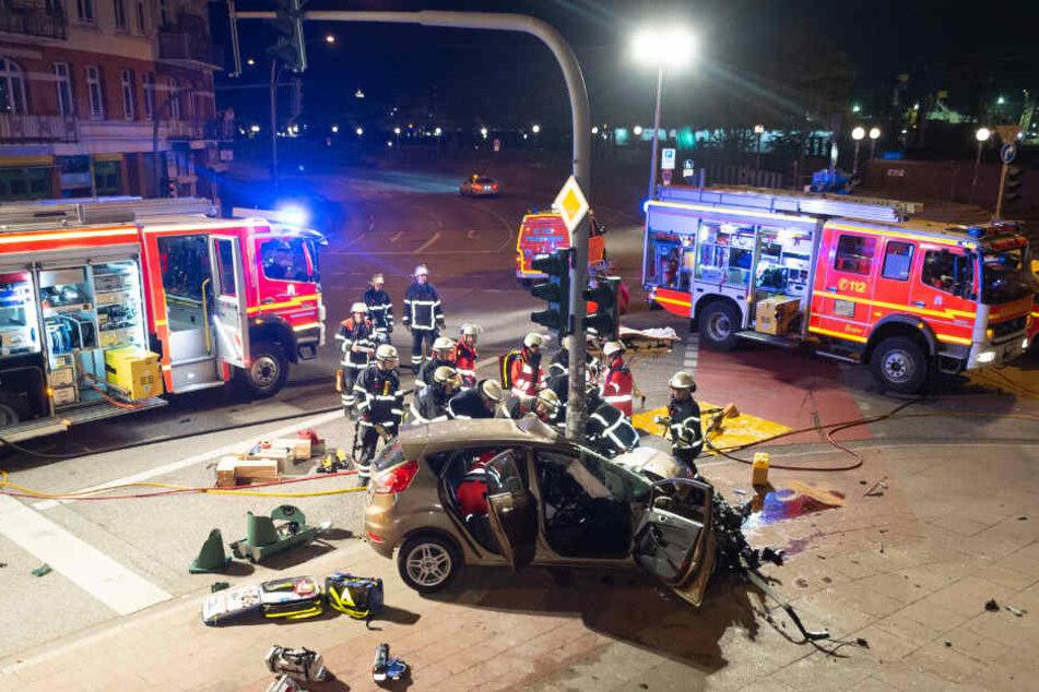 Das Auto krachte frontal gegen die Ampel in Hamburg.