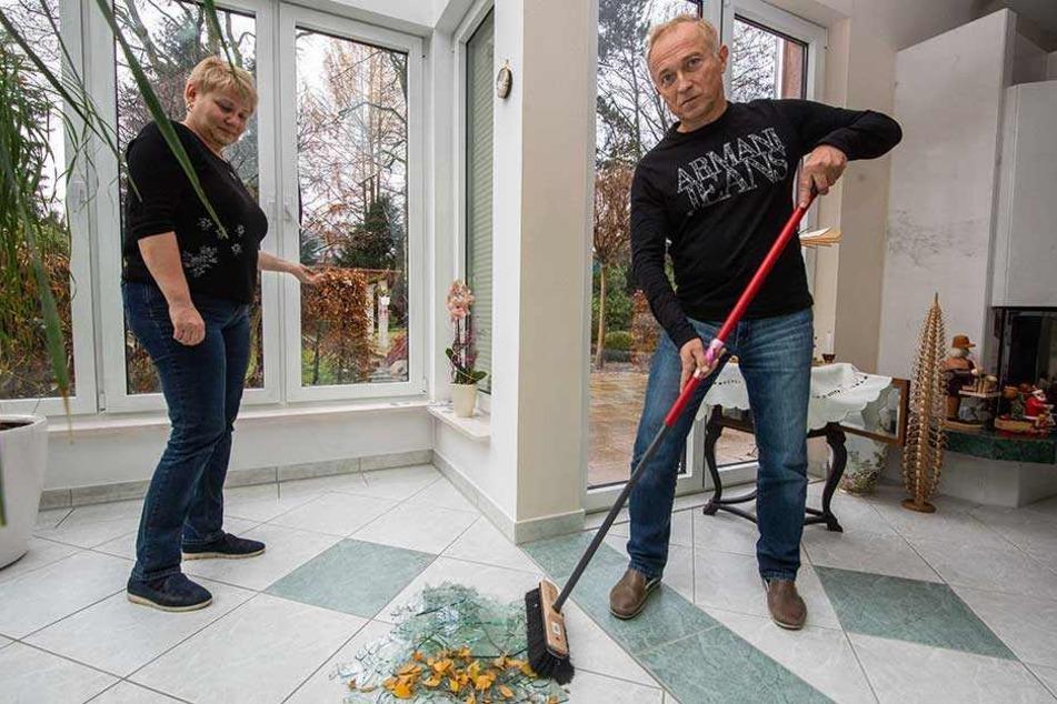 Frank und Andrea Schleußing entfernen die Glasscherben.