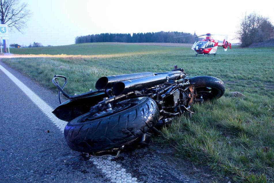 In Boms prallte ein Motorradfahrer gegen eine Verkehrsinsel und wurde dabei tödlich verletzt.