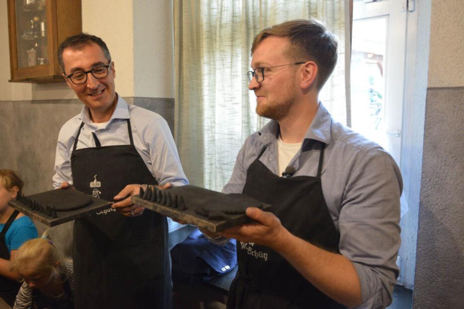 Özdemir und Parteikollege Nino Haustein (29) versuchten sich beim Räucherkerzen-Drehen in der Schauwerkstatt der Firma Huss.
