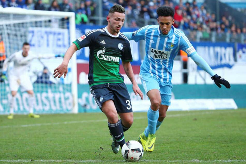 Jamil Dem (r.) am 14. Januar 2017 bei seinem bislang letzten Spiel im Trikot der Himmelblauen im Zweikampf mit dem Schalker Donis Avdijaj.