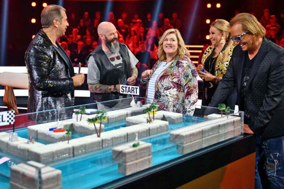 Moderator Kai Ebel mit den Kandidaten Kurt und Angelika sowie den Geissens.