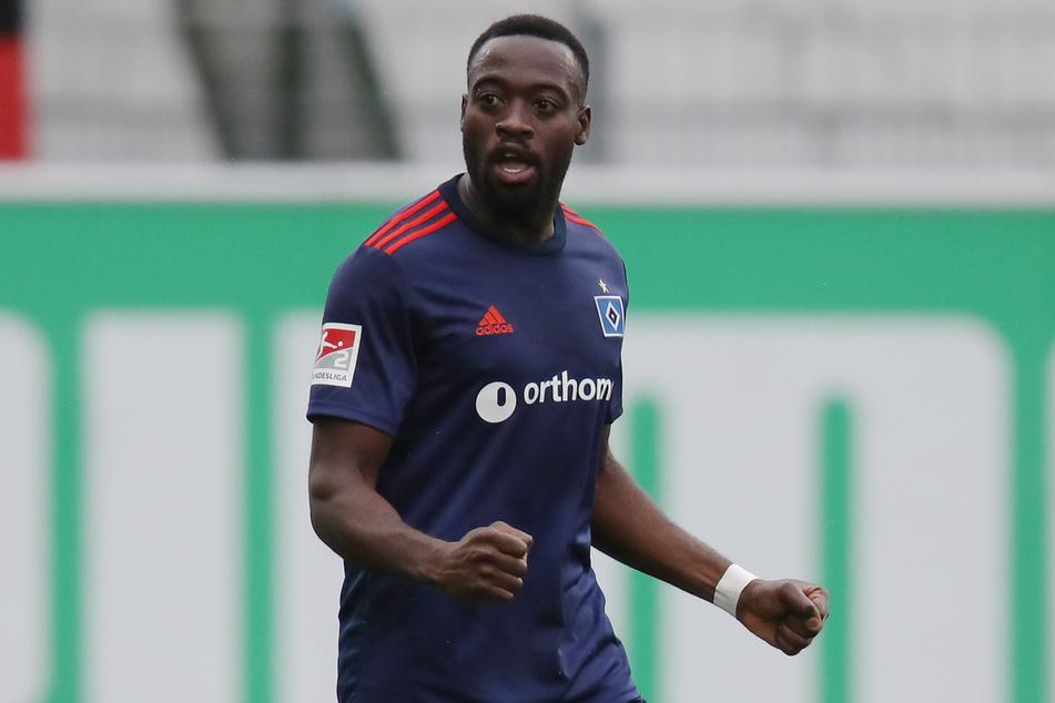 HSV-Torschütze Khaled Narey jubelt nach dem Schlusspfiff über den Auswärtssieg in Fürth.
