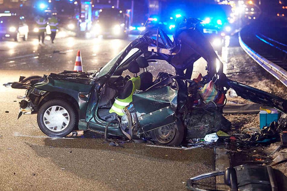 Laster kracht in Unfallstelle: Zwei Männer sterben