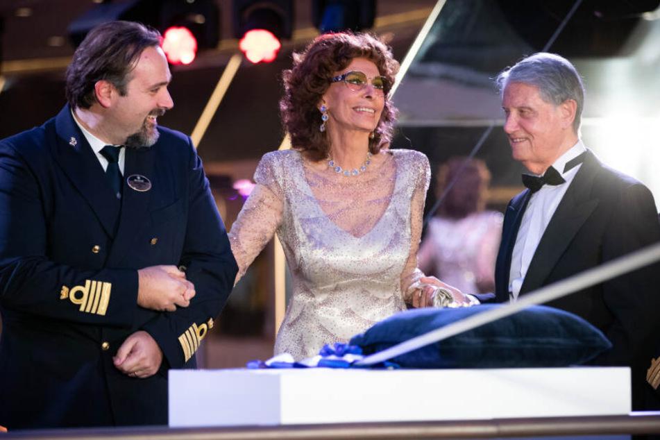 Sophia Loren wird zur Schiffstaufe von MSC-Reeder Gianluigi Aponte (rechts) und Kapitän Marco Massa (links) begleitet.